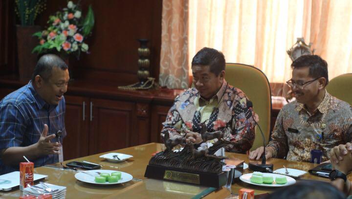 Caption foto : Manager HSE Refinery Pertamina J. Prihartanto, Bupati PPU Yusran Aspar dan Sekda PPU Tohar diskusikan grand strategy pemulihan lingkungan pasca ceceran minyak Teluk Balikpapan.
