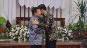 Presiden Joko Widodo menyalami dan merangkul Wakil Presiden Jusuf Kalla pada acara silaturahmi seluruh jajaran Kabinet Kerja di Istana Negara, Jakarta, Jumat (18/10). Foto: Biro Pers dan Media Sekretariat Presiden