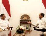 Jokowi dan Prabowo Subianto berbincang di Istana. Foto: Ricardo/JPNN.com