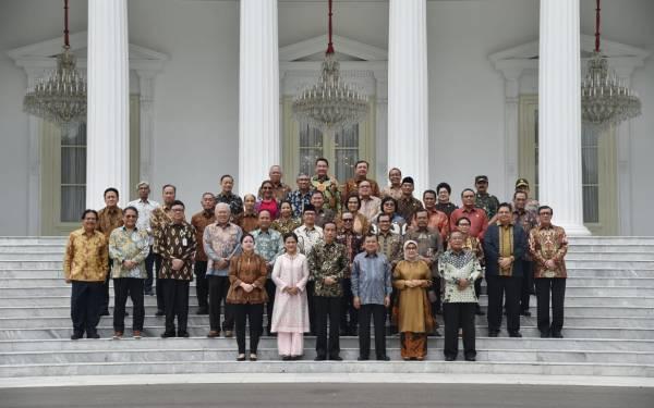 Presiden Jokowi dan Wapres JK bersama menteri Kabinet Kerja periode 2014-2019, foto bersama di tangga Istana Merdeka, Jakarta, Jumat (18/10). Foto: Biro BPMI Setpres